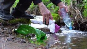 Mãos masculinas que pegaram o lixo em The Creek vídeos de arquivo