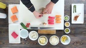 Mãos masculinas que preparam o sushi vídeos de arquivo