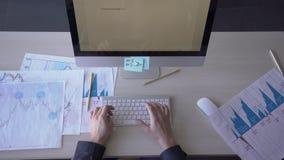 Mãos masculinas, que relatório de mercado de datilografia da TI no teclado de computador no escritório 4K filme