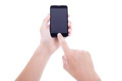 Mãos masculinas que tomam a foto com o telefone esperto móvel com seixos vazios Fotografia de Stock
