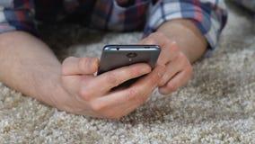 Mãos masculinas usando a aplicação do smartphone, redes sociais, comprando em linha video estoque