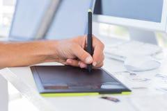 Mãos masculinas usando a tabuleta de gráficos Fotos de Stock