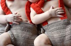 Mãos minúsculas dos bebês recém-nascidos, gêmeos Fim acima fotos de stock