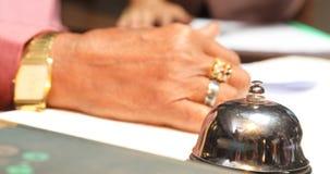 Mãos modelo masculinas com telefone celular vídeos de arquivo