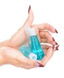 Mãos molhadas bonitas que prendem frascos com champô fotos de stock