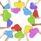 Mãos Multi-étnicas e bolhas coloridas do discurso Imagens de Stock