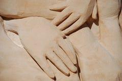 Mãos na areia. Imagens de Stock