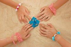 Mãos na areia Foto de Stock