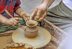 Mãos na argila Fotos de Stock Royalty Free
