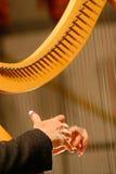 Mãos na harpa Fotografia de Stock Royalty Free