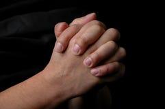 Mãos na oração fotos de stock royalty free