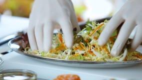Mãos na salada da mistura das luvas video estoque