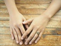 Mãos na tabela Imagens de Stock Royalty Free
