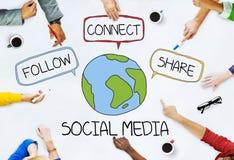 Mãos na tabela com conceitos sociais dos meios fotos de stock