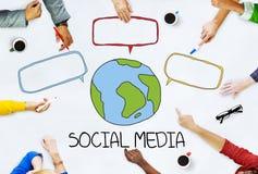 Mãos na tabela com conceitos sociais dos meios imagem de stock royalty free