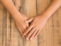mãos na tabela de madeira Foto de Stock Royalty Free