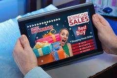 Mãos na tabuleta em um Web site com um purcha do conceito do anúncio foto de stock royalty free