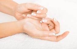 Mãos na toalha - tratamento de mãos Imagens de Stock Royalty Free