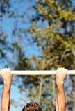 Mãos nas barras 02 do queixo-acima fotografia de stock