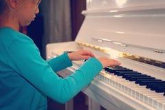 mãos nas chaves brancas do piano que joga uma melodia ` S H das mulheres imagens de stock royalty free