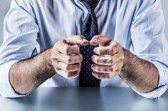 Mãos anônimas da exibição do homem de negócios, explicando, apresentando ou agarrando algo Imagens de Stock Royalty Free