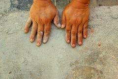 Mãos no assoalho concreto Foto de Stock