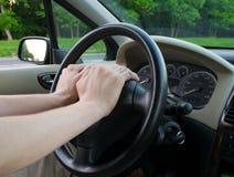 Mãos no carro da roda Fotografia de Stock