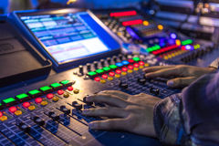 Mãos no console de controle Imagens de Stock