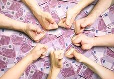Mãos no dinheiro do euro 500 Fotografia de Stock Royalty Free