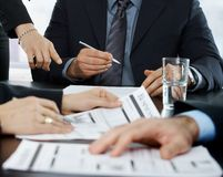 Mãos no foco na reunião de negócio imagens de stock royalty free