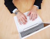 Mãos no portátil branco Imagens de Stock Royalty Free