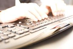 Mãos no teclado imagem de stock royalty free
