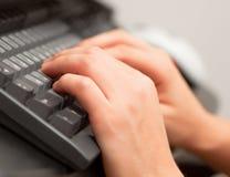 Mãos no teclado imagens de stock