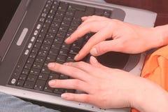 Mãos no teclado do computador imagens de stock royalty free