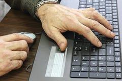 Mãos no teclado no trabalho Fotos de Stock Royalty Free