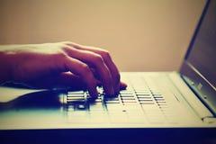 Mãos no teclado Trabalhador de escritório que datilografa no teclado no portátil fotos de stock