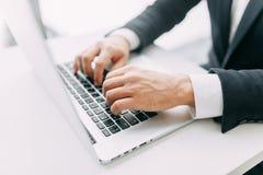Mãos no trabalho em um portátil com bokeh fotos de stock