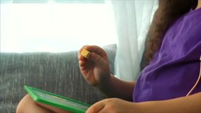 Mãos novas do artista, do artista Paints da criança pequena uma lona com lápis da grafite, sentando uma tabela e uma tração na lo vídeos de arquivo