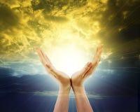 Mãos outstreched para o sol e o céu Fotografia de Stock Royalty Free