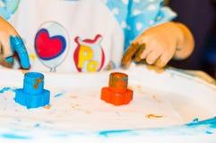 Mãos pequenas do menino com pintura Fotos de Stock