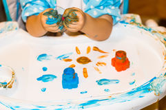 Mãos pequenas do menino com pintura Foto de Stock