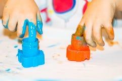 Mãos pequenas do menino com pintura Imagem de Stock Royalty Free