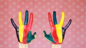Mãos pintadas coloridas creativo Arte Mão na pintura da cor Palmas sujas Fundo cor-de-rosa vídeos de arquivo