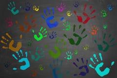 Mãos pintadas impressas no quadro-negro Fotos de Stock