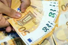 Mãos posse e contagem de euro- cédulas Fotografia de Stock