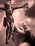 Mãos Praying com cruz imagens de stock royalty free
