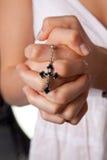Mãos praying da menina com praying transversal imagens de stock