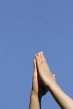 Mãos Praying para o céu Fotos de Stock Royalty Free