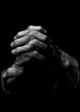 Mãos praying velhas imagens de stock