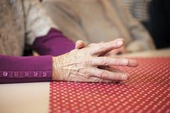 Mãos praying velhas Imagens de Stock Royalty Free